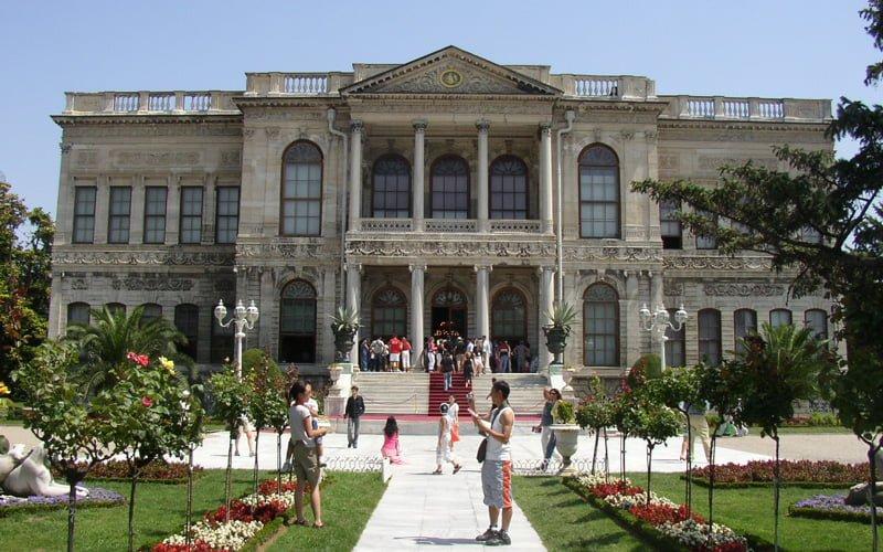 Istanbul-Gezilecek-Yerler-Dolmabahce